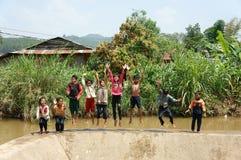 亚洲儿童浴在河 免版税库存照片