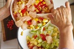 смешивая салат Стоковое Фото