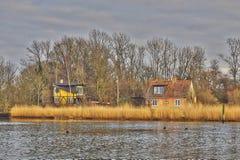 在河附近的房子 免版税库存照片