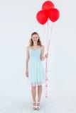 拿着气球的愉快的行家妇女 免版税库存照片