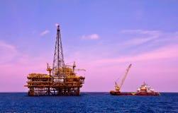 有工作驳船的抽油装置平台在南中国海 免版税库存照片