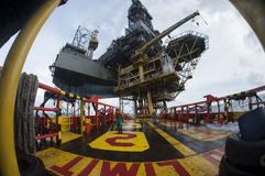 工作在甲板的近海船乘员组 免版税库存照片