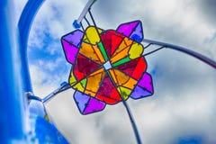 与天空的五颜六色的操场结构元素 免版税库存图片