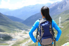 妇女远足者享受看法在高原山峰在西藏 免版税图库摄影