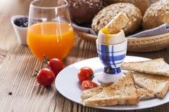 水煮蛋早晨用胡椒、蕃茄和油煎方型小面包片 免版税图库摄影