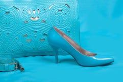 美丽的蓝色鞋子和提包 免版税库存图片
