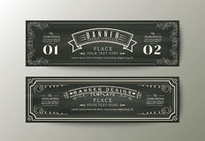 横幅与葡萄酒花卉框架的设计模板在粉笔板 库存照片