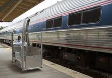 轮椅升降式和旅客列车 库存照片