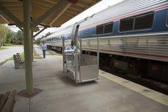 轮椅升降式和旅客列车 库存图片