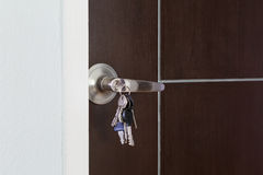 门钥匙为开锁 免版税库存照片
