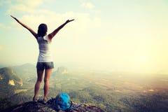 妇女远足者开放胳膊 免版税库存图片