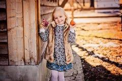 Ευτυχές κορίτσι παιδιών με το κοτόπουλο Πάσχας κοντά στο εξοχικό σπίτι Στοκ εικόνες με δικαίωμα ελεύθερης χρήσης