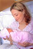 新的妈妈和新出生的婴孩 免版税图库摄影