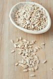Шелушат семена подсолнуха на деревянной деревенской предпосылке Стоковые Фото