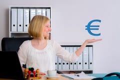 有欧洲标志的年轻女商人 免版税库存照片