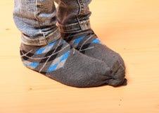 在袜子的女孩脚 免版税库存照片