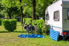 有蓬卡车露营地 库存照片