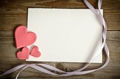 Κομμάτι χαρτί με τις καρδιές και τις κορδέλλες Στοκ Εικόνα