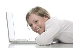 美丽的女孩膝上型计算机 免版税库存图片