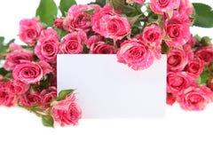 Розовые розы и поздравительная открытка Стоковые Фото