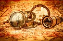葡萄酒放大镜在一张古老世界地图说谎 库存照片