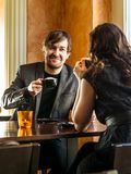 坐在咖啡店的夫妇 图库摄影