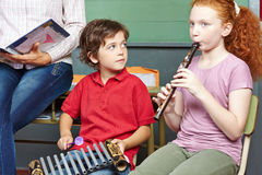 Дети имея уроки музыки в школе Стоковая Фотография RF
