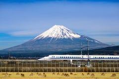 富士和火车 免版税库存图片
