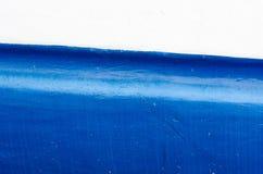 蓝色和白色船船身 库存图片