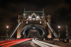 塔桥梁交通夜间长的曝光 免版税库存照片