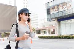 谈微笑的妇女手机都市生活方式 免版税库存图片