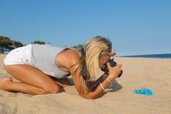 摄影师在工作,在海滩的首饰摄影 免版税库存照片
