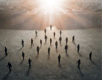 Μικροσκοπικοί άνθρωποι που περπατούν έξω ενός λαβυρίνθου Στοκ Εικόνες