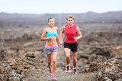 在足迹连续道路的活跃体育人赛跑者 库存照片