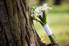 与水芋属的白色婚礼花束 免版税库存图片