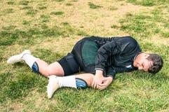 Футболист раненый во время футбольного матча дилетанта Стоковая Фотография