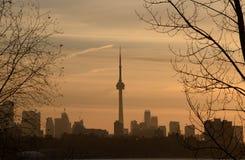 春天黎明和多伦多地平线的远景 库存照片
