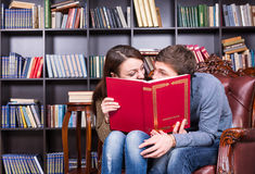 在看的书后的夫妇如此关闭了 免版税库存照片