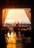 Εστιατόριο στην παραλία στο ηλιοβασίλεμα Στοκ φωτογραφία με δικαίωμα ελεύθερης χρήσης