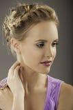 Романтичный портрет дамы в пурпуре Стоковое Изображение