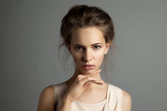 有自然构成的年轻俏丽的妇女 免版税图库摄影