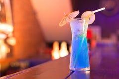 在酒吧柜台的鸡尾酒在夜总会 免版税库存照片