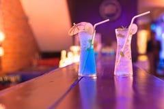 在酒吧柜台的鸡尾酒在夜总会 库存图片