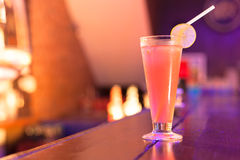 在酒吧柜台的鸡尾酒在夜总会 免版税库存图片
