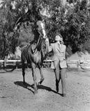 Лошадь женщины ведущая (все показанные люди более длинные живущие и никакое имущество не существует Гарантии поставщика что будет Стоковое Изображение