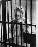 站立在监狱牢房的少妇(所有人被描述不更长生存,并且庄园不存在 供应商保单那 免版税图库摄影