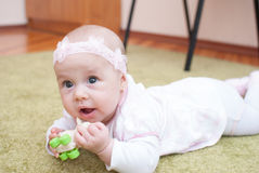 Младенческая девушка в игре клуба матери с игрушкой Стоковое фото RF