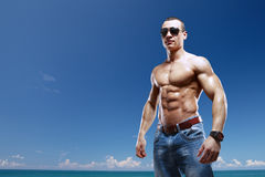海滩的人与太阳镜 免版税库存图片