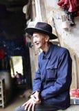 安溪县的中国老人在老房子外面的 图库摄影