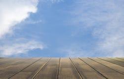 天空和木头地板背景 免版税库存照片